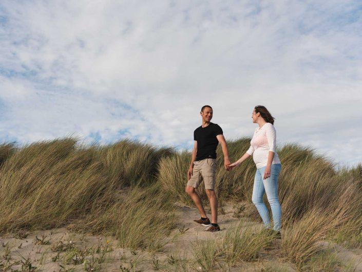 Love Tales - Elvire Van Ooteghem - koppel-fotoshoot-zwangerschap-bolle-buik-zee-1