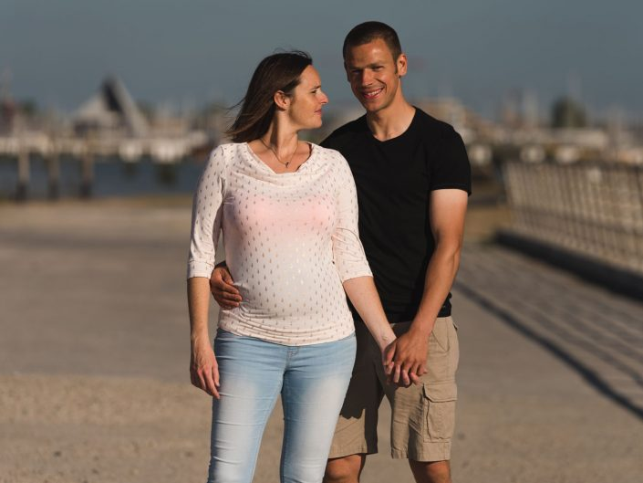 Love Tales - Elvire Van Ooteghem - koppel-fotoshoot-zwangerschap-bolle-buik-zee-3