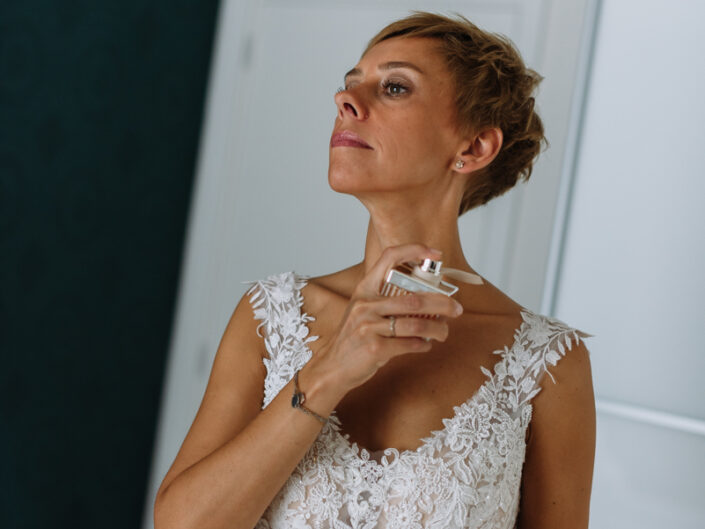 trouwfotograaf huwelijksfotograaf voorbereidingen parfum bruidsfotograaf
